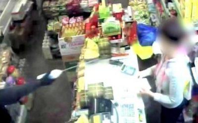 Varios ladrones lanzan ácido a la cara de una dependienta para robarle.