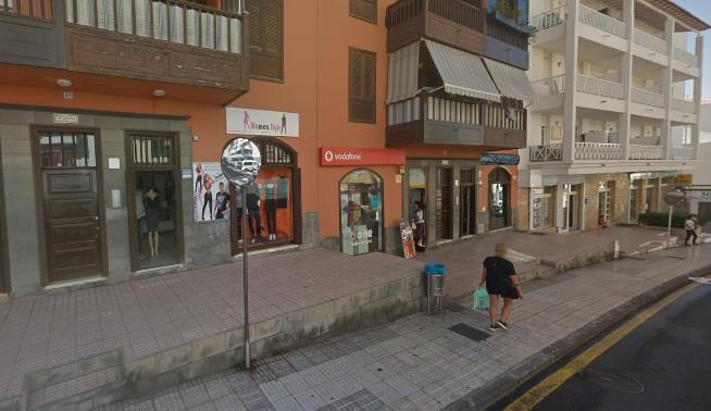 Tres encapuchados asaltan una tienda de telefonía móvil en Adeje y se llevan mercancía