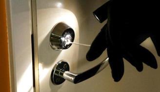 Sorprende a un ladrón dentro de su casa y le retiene hasta llegar la Policía.
